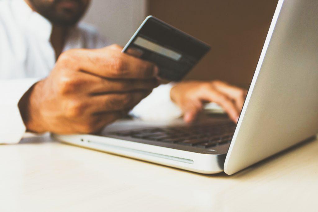 Spara tusentals kronor på ditt smink genom att använda ett kreditkort